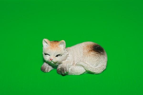 Miniatur Katze schwarz/weiß/orange schlafend 1:12