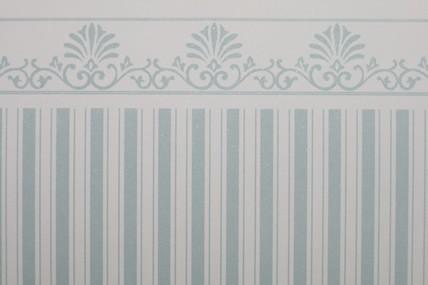 Streifentapete weiß/hellblau, mit Bortenabschluss