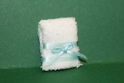 Handtuch weiß, mit blauer Schleife, 1:12