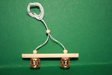 Deckenlampe mit Holzsteg, 2 filigrane goldfarbene Metallschirme,