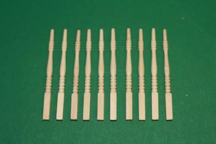 Treppenspindeln, unten eckig - 10 Stück, Holz roh, 1:12