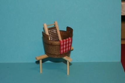 Wasch-Zuber, Holz, mit Waschbrett und Ständer, 1:12