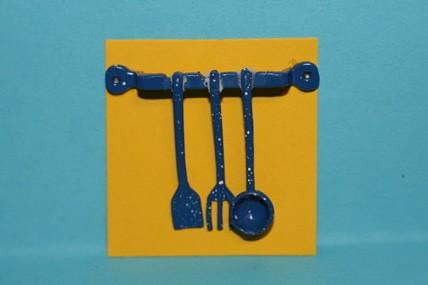 Küchenhelfer - 3 Stück am Haken, Metall blau, 1:12