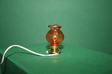 Tischlampe mit rötlicher Kuppel