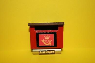 Briefkasten rot, mit Posthorn und Zeitungsfach