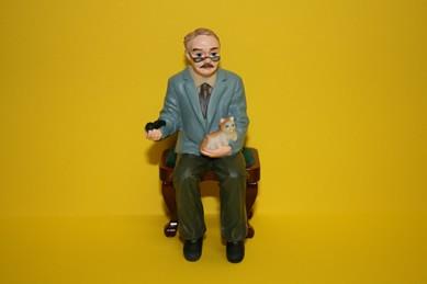 Opa sitzend mit Katze, RESIN-Puppe, 1:12