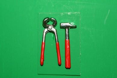 Zwick-Zange und Hammer, Metall
