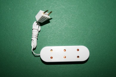Dreifach-Steckdose mit Kabel und Stecker