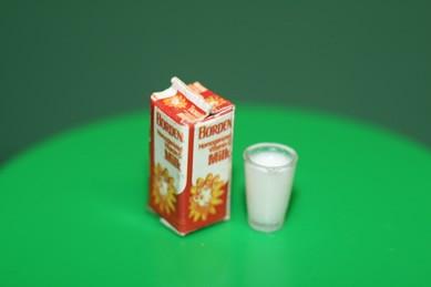 Milch-Tetrapack mit Glas, Kunststoff, 1:12