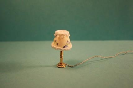 Tischlampe, Stoffschirm hell/geblümt, 1:12