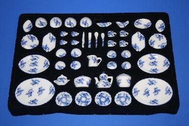 Porzellan-Service, weiß/blau Blumenmuster, 50-teilig, 1:12