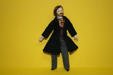 Mann mit schwarzem Mantel, 1:12
