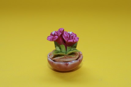 Keramik-Schale, Pflanze m. kardinalfarbener Blüte