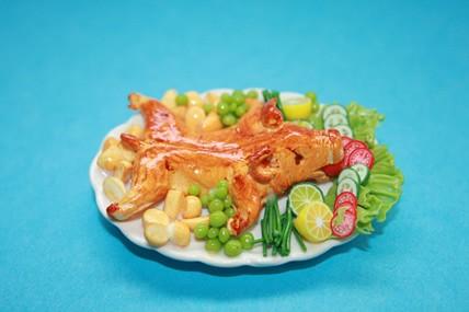 Spanferkel im Salatbett, auf Keramik-Platte, 1:12