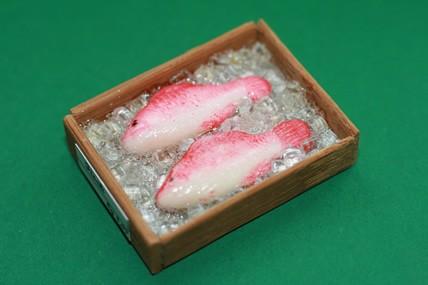 Kiste mit 2 Fischen, rot/weiß, 1:12