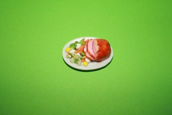 Braten und Gemüse auf Porzellan-Platte