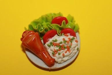 Entenkeulengericht mit Beilagen, auf Porzellanteller