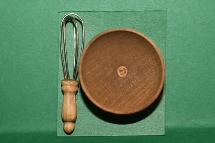 Holzschüssel und Schneebesen, 1:12