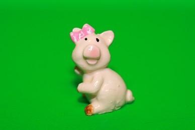 Glücksschwein aufrecht, mit rosa Schleife, Polyresin