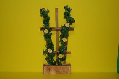 Holzspalier mit gelben Rosen