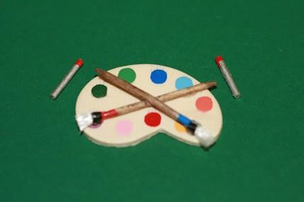 Malerpalette mit Pinsel und Farbtuben, 1:12