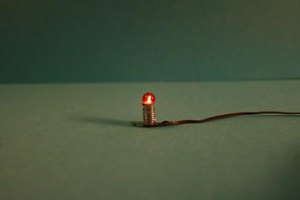 Beleuchtungssockel, rot, mit Kabel, 1:12