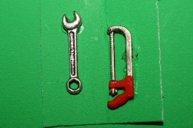 Schraubenschlüssel und Säge