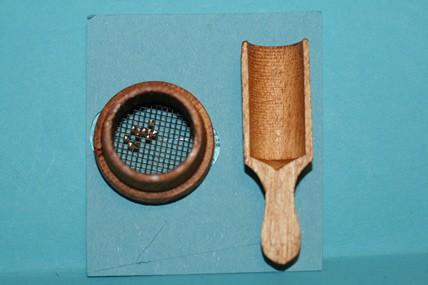Holz-Mehlschaufel und Mehlsieb, jetzt ungebeizt, 1:12