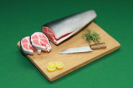Lachs auf Holzbrett, mit Messer, 1:12