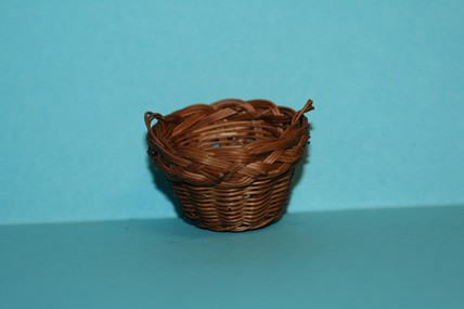 Korb rotbraun, mit Henkel, Flechtrand, 1:12