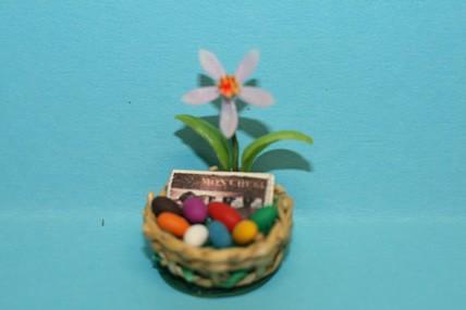 Osterkorb mit Eiern, Blumen und Schokolade, 1:12