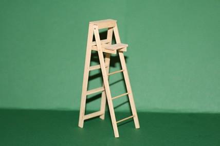 Holz-Bockleiter mit Ablage