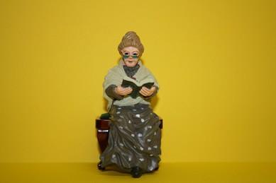 Oma sitzend mit Buch, RESIN-Puppe, 1:12