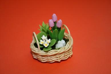 Tulpen und weiße Blumen, im Korb