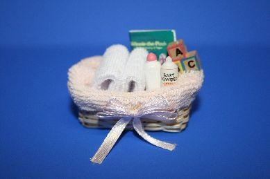 Korb mit Handtüchern und Baby-Accessoires