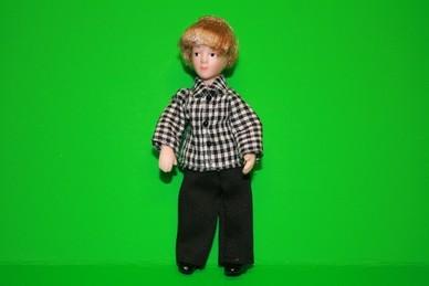 Porzellan-Biegepuppe Junge, blond, Hose schwarz, Hemd s/w kar.