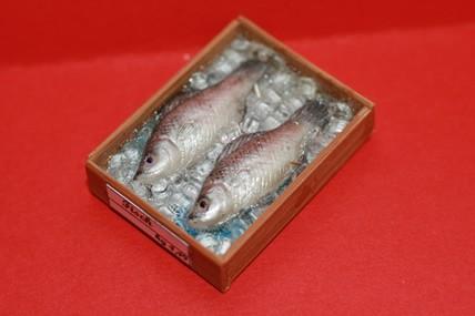 Kiste mit 2 Fischen, silber, 1:12