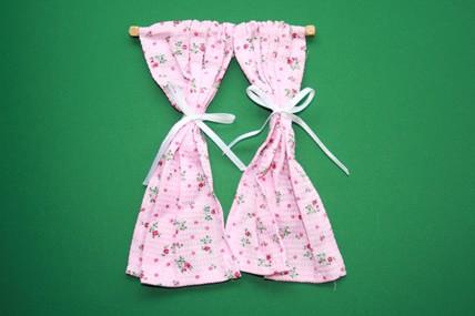 Vorhang-Schals rosa geblümt, mit Gardinenstange Holz