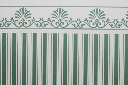 Streifentapete weiß/dunkelgrün, mit Bortenabschluss