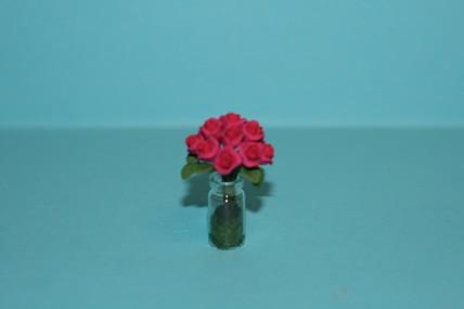 Dunkelrosa Rosen in Glasvase