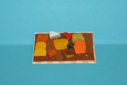 Käseaufschnitt auf Holzbrettchen, 1:12
