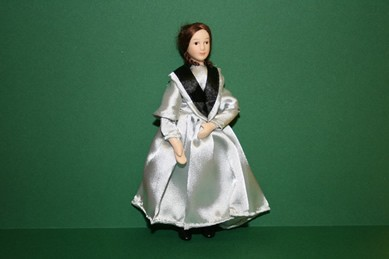 Frau mit silbergrauem Kleid, 1:12