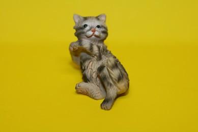 Katze - auf dem Rücken liegend, Keramik, grau/braun gestreift