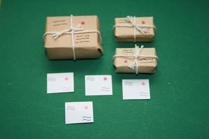 Päckchen verschnürt - 3 Stück, mit Postkarten, 1:12