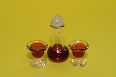 Dekanter m. Rotwein und 2 Gläsern, 1:12