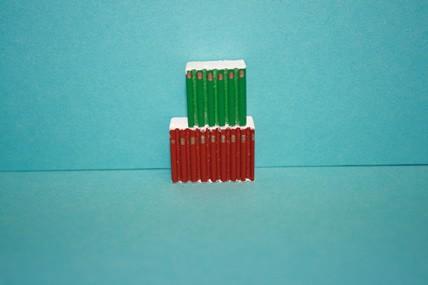 Bücherrücken Holz, rot + grün, 1:12