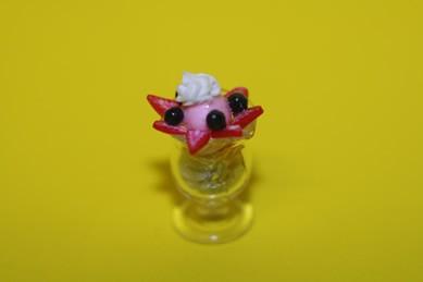 Eisbecher, Glas, Kiwi und Erdbeeren