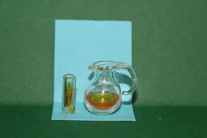 Karaffe und Glas mit Inhalt, 1:12