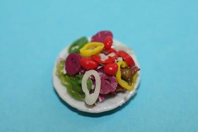 Gemischter Salat auf Porzellanteller