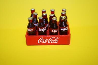 Cola-Ständer mit 12 Cola-Flaschen